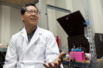 실험동물의 뇌에 심을 전극을 만드는 연구원의 모습. 연구실 안 여러 실험실들에서는 실험동물들의 의사결정과 기억에 관한 연구가 한창이다. - IBS 제공